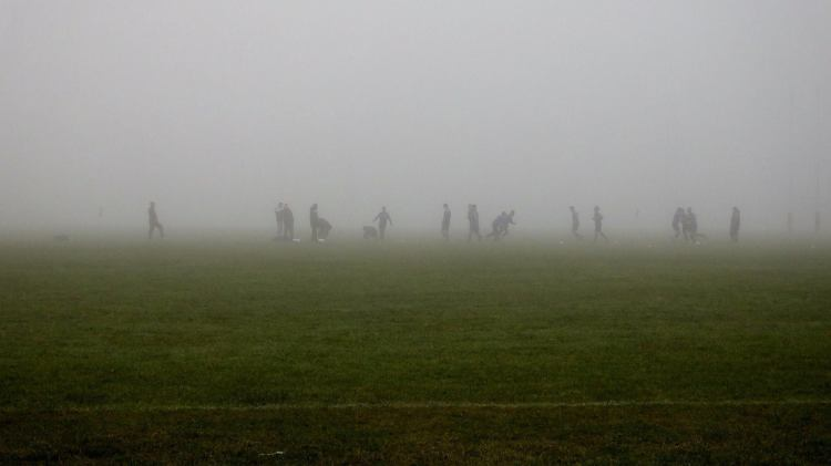 A team warms up in the fog at Active Ennis Lees Road, Ennis, Co. Clare on Sunday morning. Photo Tony O'Flaherty