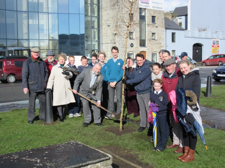 Cllr. John Crowe, Cathaoirleach of Clare County Council (pictured centre) launches ESB National Tree Week at Millennium Park in Kilrush. Also pictured are representatives from Clare County Council, Kilrush Tidy Towns Committee and the Steering Group for Entente Florale, as well as students of Kilrush Community College and Kilrush Gaelscoil.