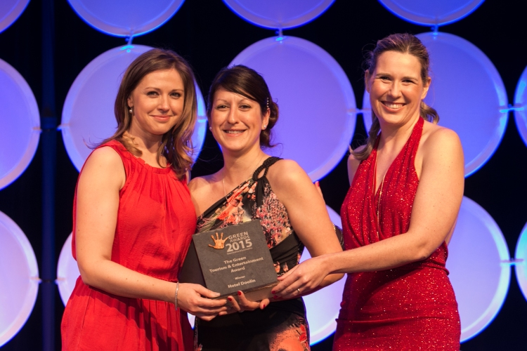 Dr. Cara Augustenborg, Managing Director, Impact Research Management, Bord Iascaigh Mhara presents the Green Tourism & Entertainment Award to Lisa Fearon and Raquel Noboa, Hotel Doolin.