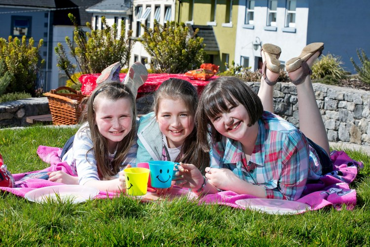 L-R Emer Culoo (11), Molly Ellis (10) and Saoirse O'Connor (11) from Tulla Co Clare enjoying a spring sunshine picnic in Tulla Co Clare on Tuesday.Pic Arthur Ellis.