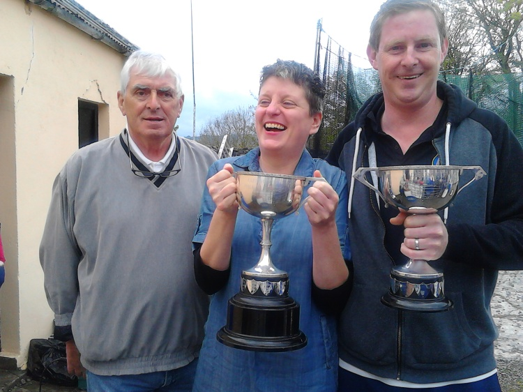 Sinead Dineen of Limerick and Clare's Pat Kennelly pictured with Stone Thorwing contest MC Brendan Kearney